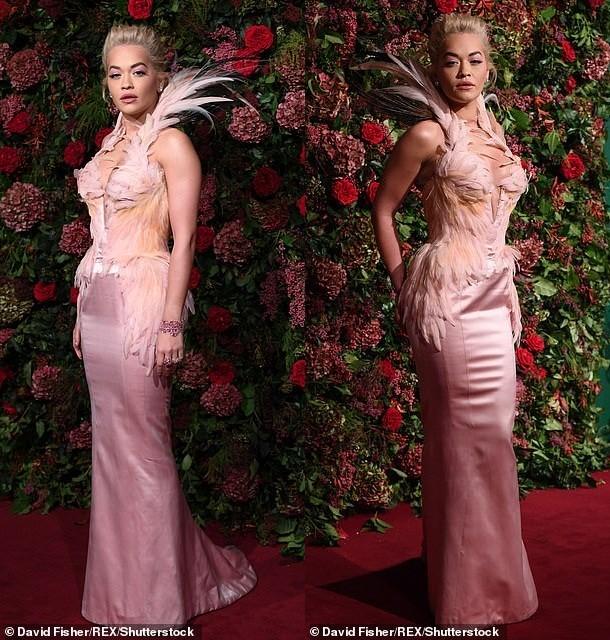 Diện đầm bó sát đẹp tựa nữ thần, Rita Ora gặp rắc rối khi di chuyển ảnh 3