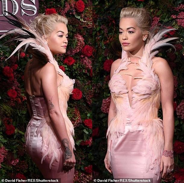 Diện đầm bó sát đẹp tựa nữ thần, Rita Ora gặp rắc rối khi di chuyển ảnh 5