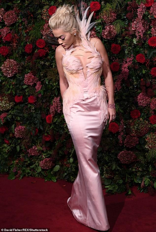 Diện đầm bó sát đẹp tựa nữ thần, Rita Ora gặp rắc rối khi di chuyển ảnh 6