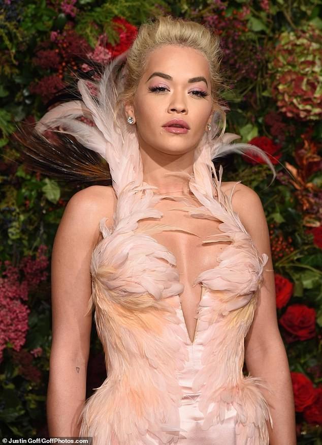 Diện đầm bó sát đẹp tựa nữ thần, Rita Ora gặp rắc rối khi di chuyển ảnh 7
