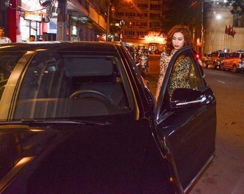 Hoàng Thuỳ Linh 'hứng gạch' vì gác chân lên ghế, nhún nhảy khi lái xe ảnh 5