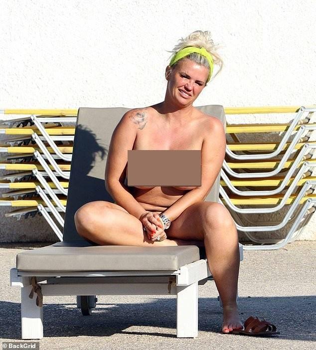 Mỹ nhân Anh một thời gây sốc khi phơi bày cơ thể ngấn mỡ, ngực trần tắm nắng ảnh 1