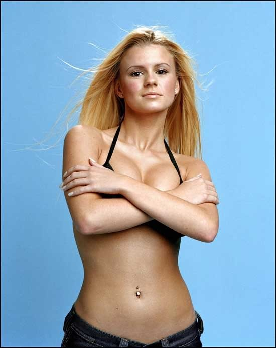 Mỹ nhân Anh một thời gây sốc khi phơi bày cơ thể ngấn mỡ, ngực trần tắm nắng ảnh 6