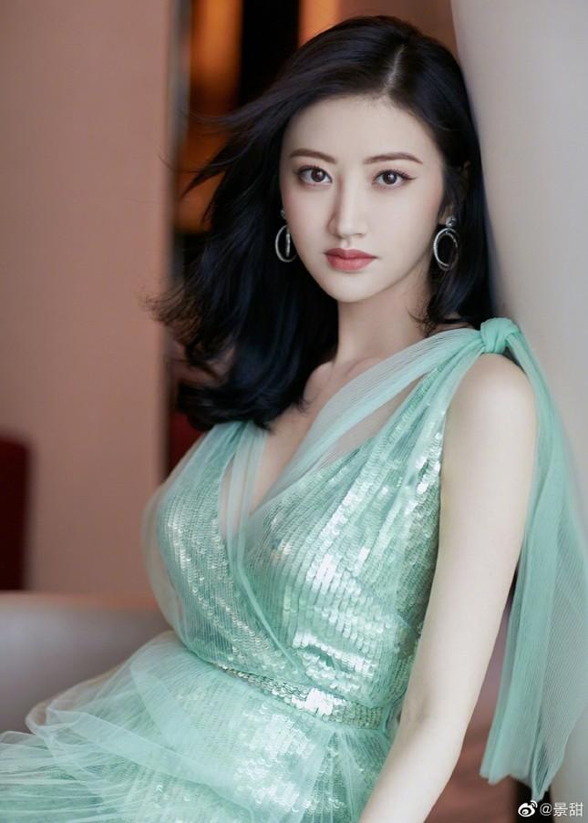 'Đệ nhất mỹ nữ Bắc Kinh' Cảnh Điềm diện đầm xẻ sâu, lấp ló ngực đầy ảnh 2