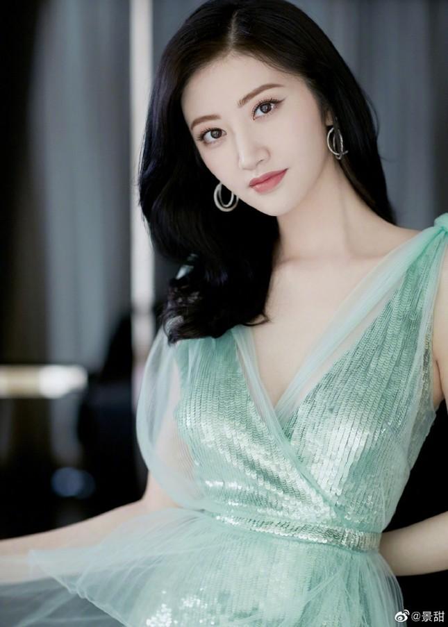 'Đệ nhất mỹ nữ Bắc Kinh' Cảnh Điềm diện đầm xẻ sâu, lấp ló ngực đầy ảnh 1