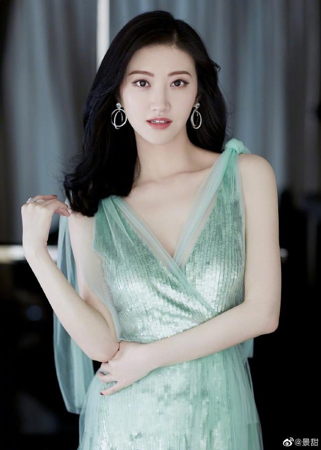'Đệ nhất mỹ nữ Bắc Kinh' Cảnh Điềm diện đầm xẻ sâu, lấp ló ngực đầy ảnh 3