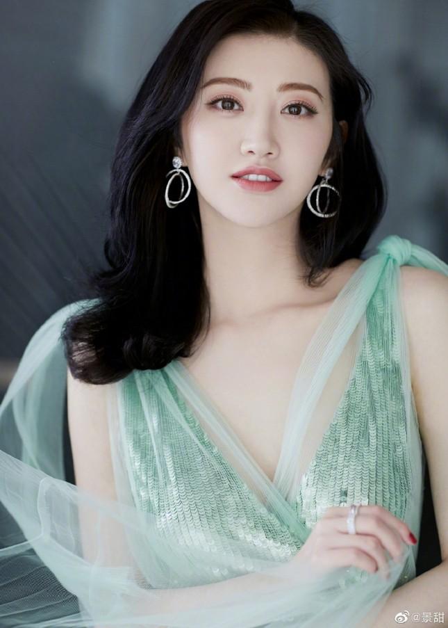 'Đệ nhất mỹ nữ Bắc Kinh' Cảnh Điềm diện đầm xẻ sâu, lấp ló ngực đầy ảnh 4