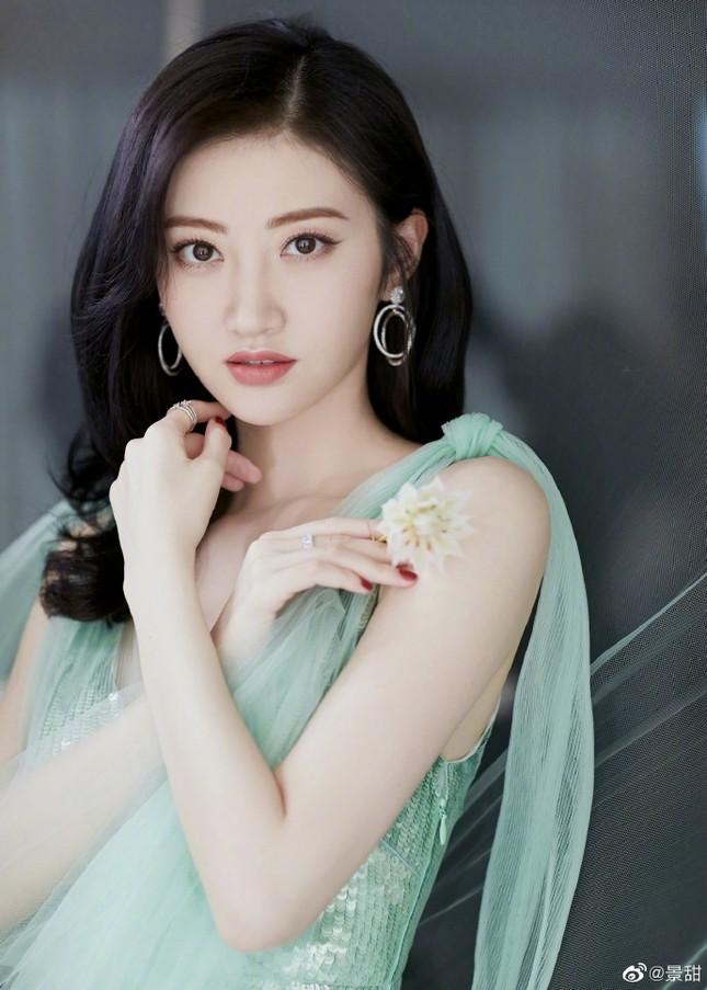 'Đệ nhất mỹ nữ Bắc Kinh' Cảnh Điềm diện đầm xẻ sâu, lấp ló ngực đầy ảnh 5