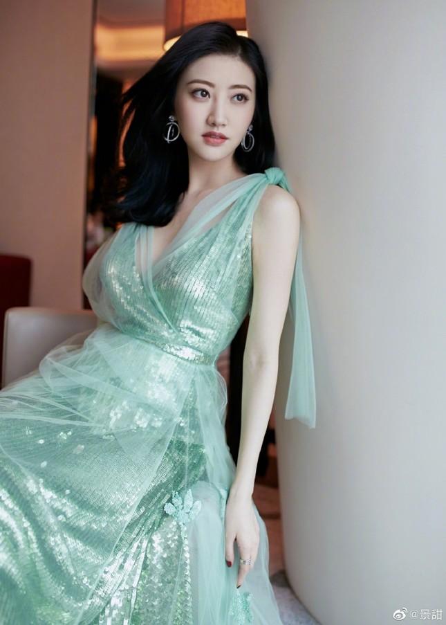 'Đệ nhất mỹ nữ Bắc Kinh' Cảnh Điềm diện đầm xẻ sâu, lấp ló ngực đầy ảnh 6