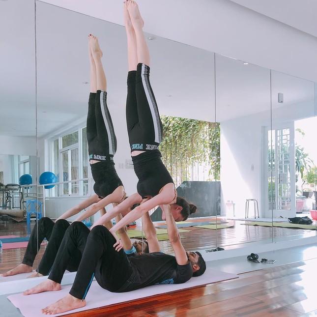 Đăng ảnh tạo dáng yoga độ khó cao, Hồ Ngọc Hà bị chê 'giống đàn ông' ảnh 3