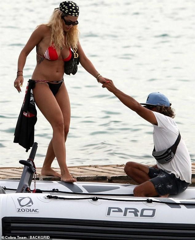 Rita Ora tiếp tục 'đốt mắt' fans với bikini đỏ-đen khoe đường cong hút mắt ảnh 4