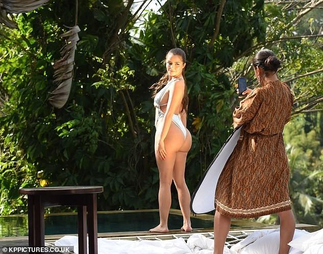 'Siêu vòng ba' nước Anh thiêu đốt mọi ánh nhìn với bikini cut-out táo bạo ảnh 8
