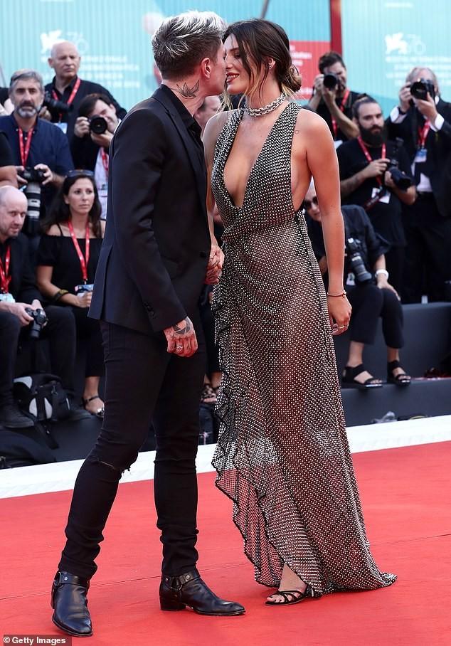 Bella Thorne diện đầm xuyên thấu, 'thả rông' vòng một trên thảm đỏ LHP Venice ảnh 1