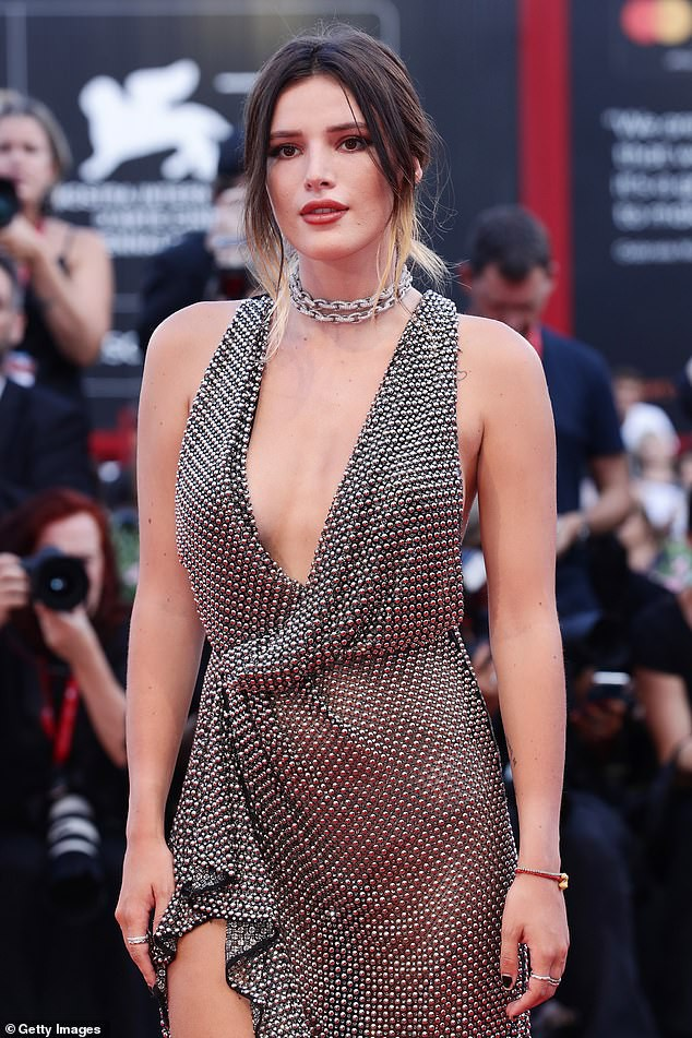 Bella Thorne diện đầm xuyên thấu, 'thả rông' vòng một trên thảm đỏ LHP Venice ảnh 3