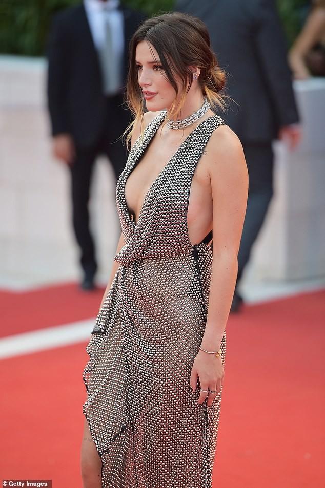 Bella Thorne diện đầm xuyên thấu, 'thả rông' vòng một trên thảm đỏ LHP Venice ảnh 5