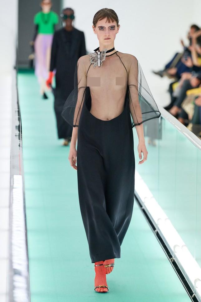 'Đỏ mặt' với loạt người mẫu để ngực trần trong show Gucci tại Milan ảnh 1