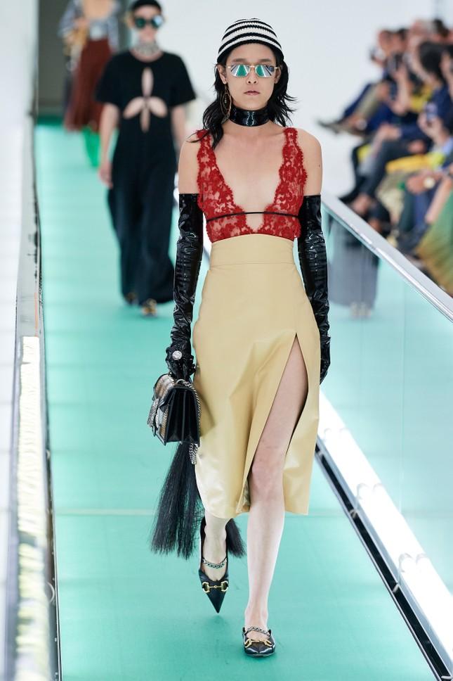 'Đỏ mặt' với loạt người mẫu để ngực trần trong show Gucci tại Milan ảnh 2