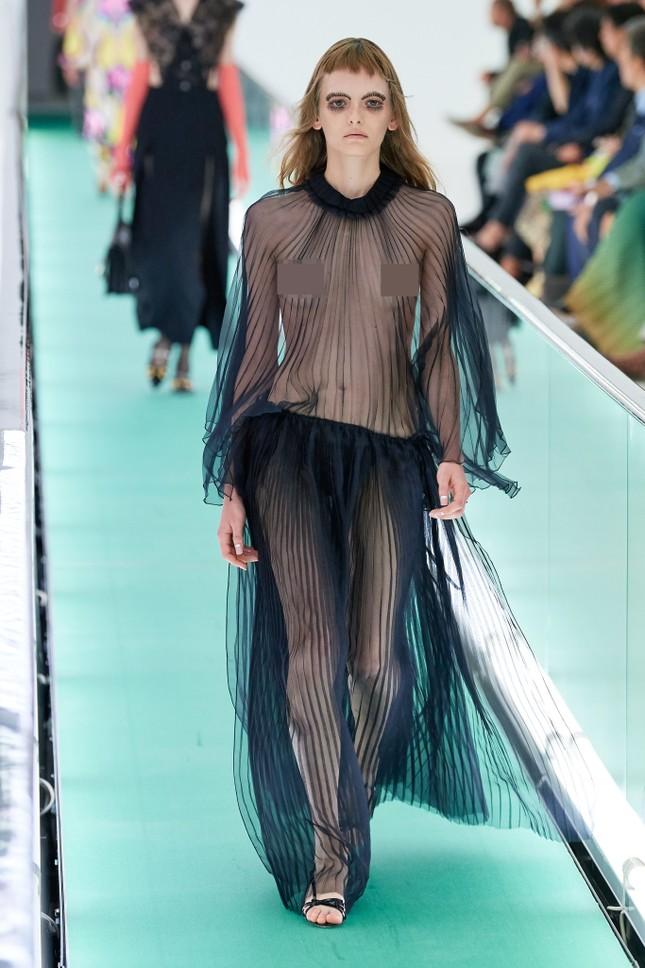 'Đỏ mặt' với loạt người mẫu để ngực trần trong show Gucci tại Milan ảnh 3