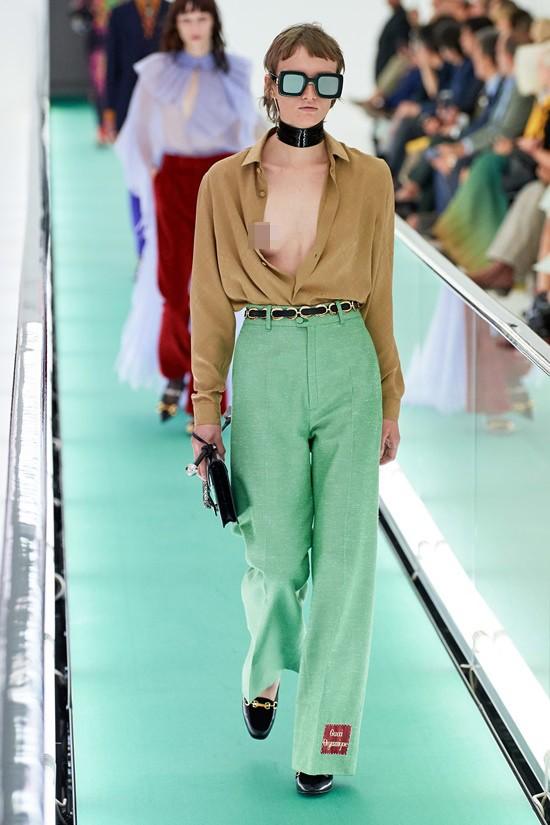 'Đỏ mặt' với loạt người mẫu để ngực trần trong show Gucci tại Milan ảnh 4