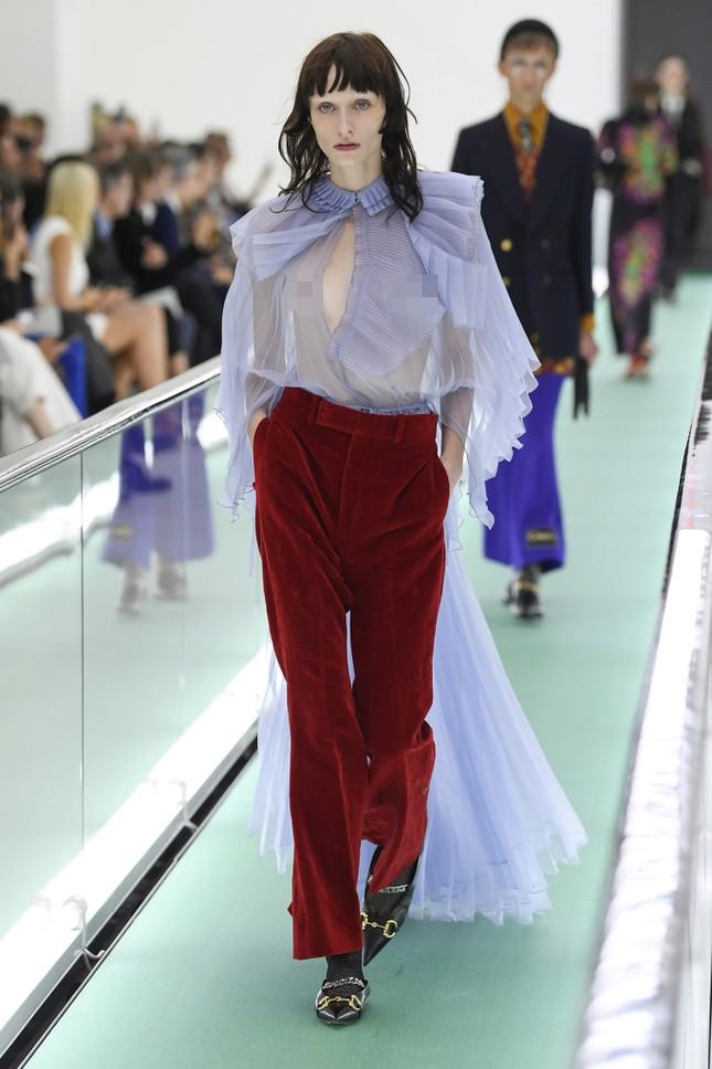 'Đỏ mặt' với loạt người mẫu để ngực trần trong show Gucci tại Milan ảnh 5