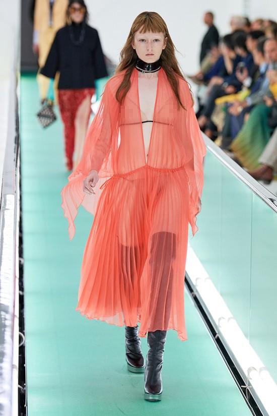 'Đỏ mặt' với loạt người mẫu để ngực trần trong show Gucci tại Milan ảnh 6