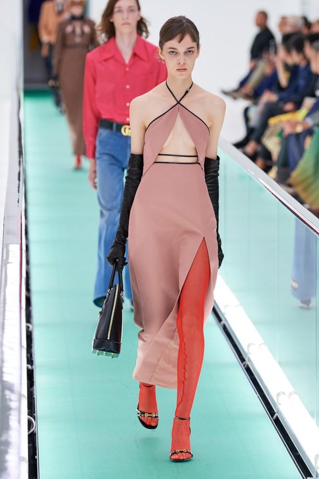 'Đỏ mặt' với loạt người mẫu để ngực trần trong show Gucci tại Milan ảnh 7