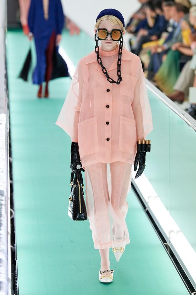 'Đỏ mặt' với loạt người mẫu để ngực trần trong show Gucci tại Milan ảnh 8