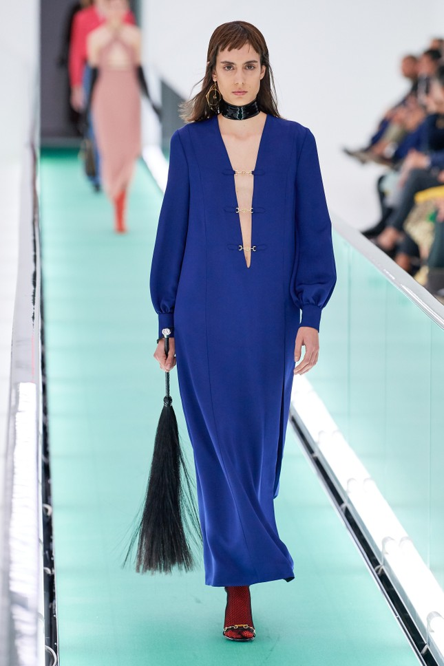 'Đỏ mặt' với loạt người mẫu để ngực trần trong show Gucci tại Milan ảnh 9