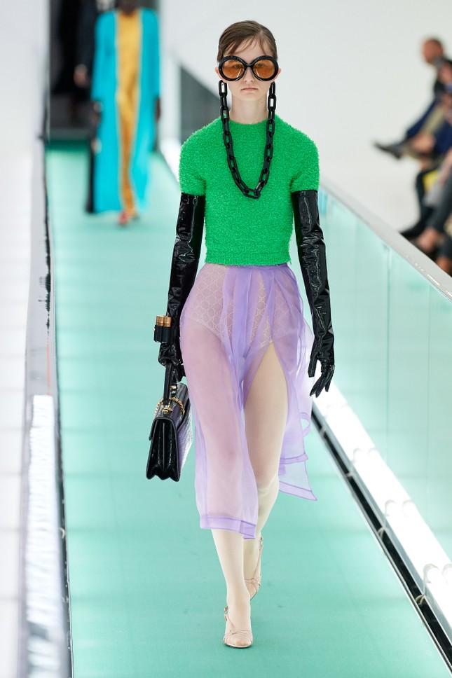 'Đỏ mặt' với loạt người mẫu để ngực trần trong show Gucci tại Milan ảnh 10