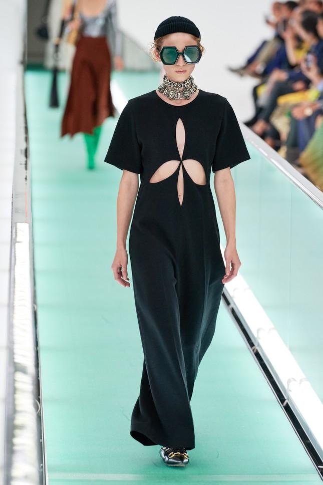 'Đỏ mặt' với loạt người mẫu để ngực trần trong show Gucci tại Milan ảnh 11