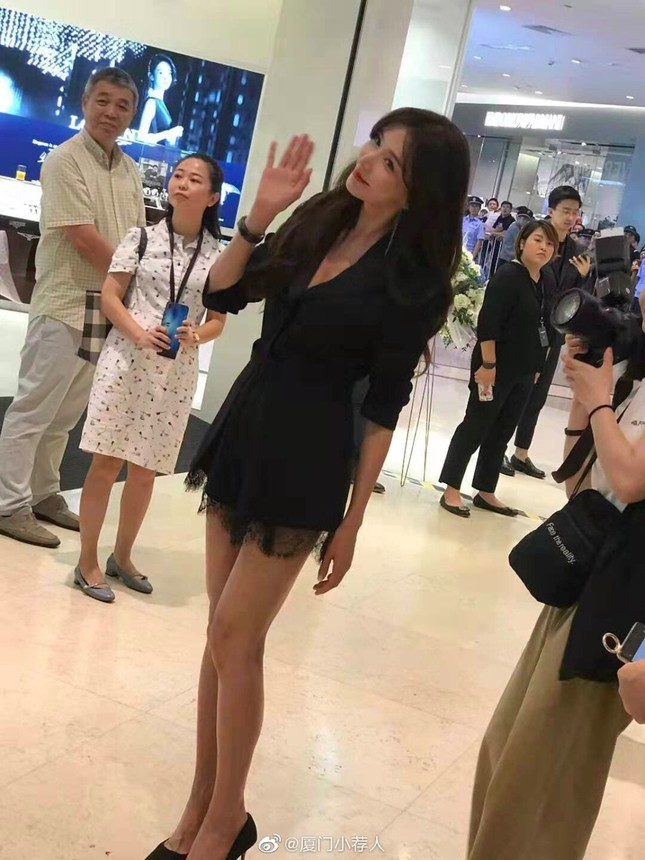 Lâm Chí Linh trẻ đẹp tuổi 44, khoe chân dài trứ danh 'náo loạn' sự kiện ảnh 2