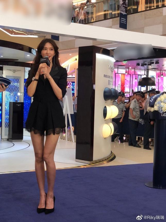 Lâm Chí Linh trẻ đẹp tuổi 44, khoe chân dài trứ danh 'náo loạn' sự kiện ảnh 3