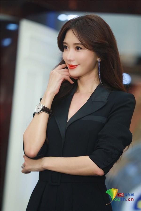 Lâm Chí Linh trẻ đẹp tuổi 44, khoe chân dài trứ danh 'náo loạn' sự kiện ảnh 8