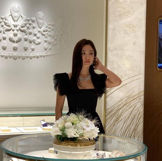 Song Hye Kyo huỷ lịch trình vì Sulli nhưng vẫn đi sự kiện gây tranh cãi ảnh 2