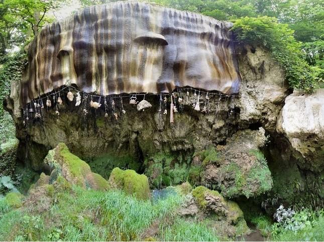 Kỳ lạ 'Giếng nước bị nguyền rủa' có thể hoá đá mọi vật ảnh 1