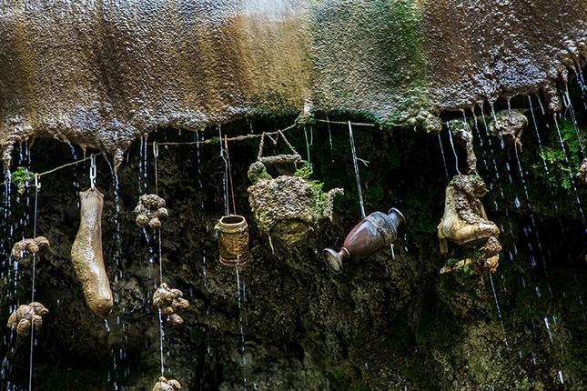 Kỳ lạ 'Giếng nước bị nguyền rủa' có thể hoá đá mọi vật ảnh 2