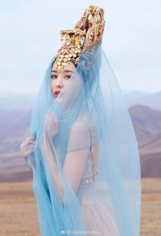 'Mỹ nhân Tân Cương' Đồng Lệ Á như tiên nữ hạ phàm khoe vũ điệu trên núi ảnh 1