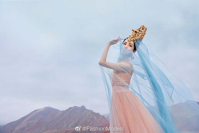 'Mỹ nhân Tân Cương' Đồng Lệ Á như tiên nữ hạ phàm khoe vũ điệu trên núi ảnh 2