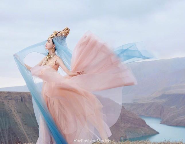 'Mỹ nhân Tân Cương' Đồng Lệ Á như tiên nữ hạ phàm khoe vũ điệu trên núi ảnh 3