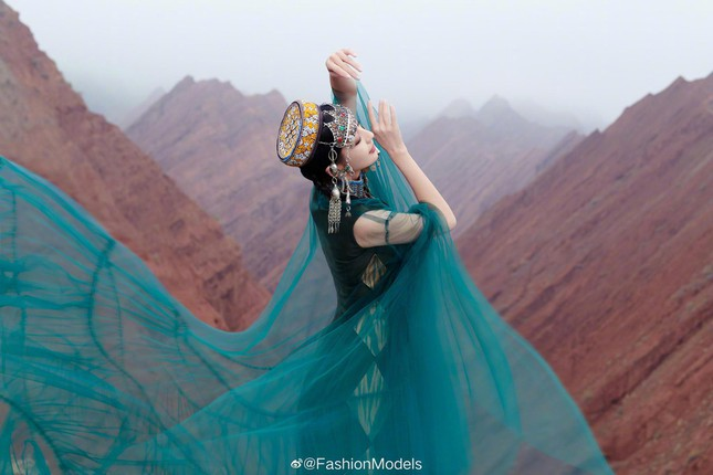 'Mỹ nhân Tân Cương' Đồng Lệ Á như tiên nữ hạ phàm khoe vũ điệu trên núi ảnh 4