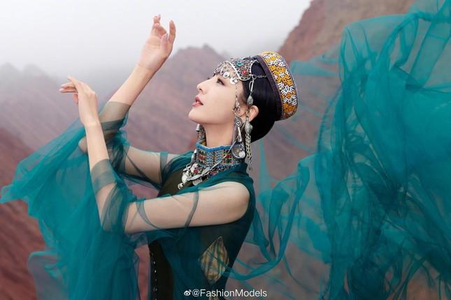 'Mỹ nhân Tân Cương' Đồng Lệ Á như tiên nữ hạ phàm khoe vũ điệu trên núi ảnh 5