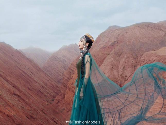 'Mỹ nhân Tân Cương' Đồng Lệ Á như tiên nữ hạ phàm khoe vũ điệu trên núi ảnh 6