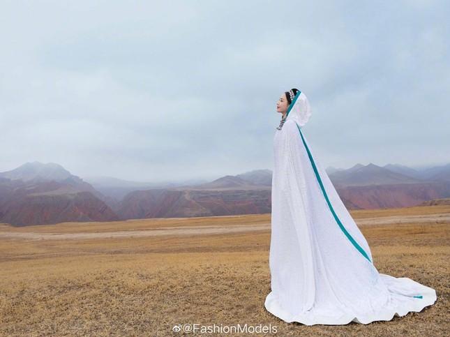 'Mỹ nhân Tân Cương' Đồng Lệ Á như tiên nữ hạ phàm khoe vũ điệu trên núi ảnh 8