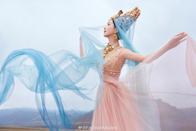 'Mỹ nhân Tân Cương' Đồng Lệ Á như tiên nữ hạ phàm khoe vũ điệu trên núi ảnh 7