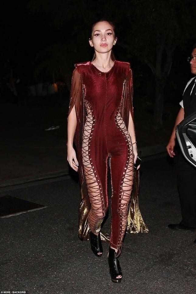 Dàn mỹ nhân diện nội y xuyên thấu dự tiệc Halloween của Paris Hilton ảnh 3