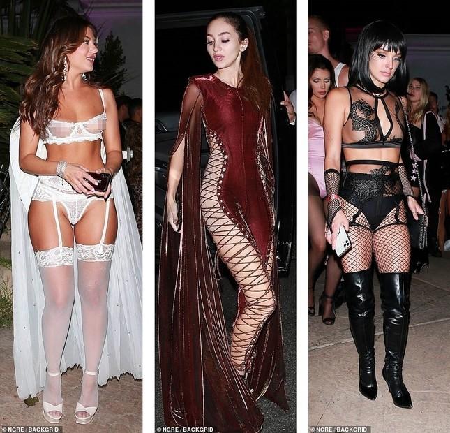 Dàn mỹ nhân diện nội y xuyên thấu dự tiệc Halloween của Paris Hilton ảnh 1