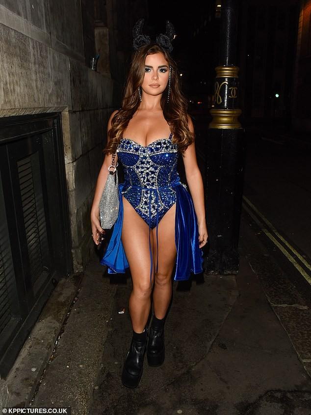 'Kim Kardashian nước Anh' xuống đường nóng bỏng dịp Halloween ảnh 1