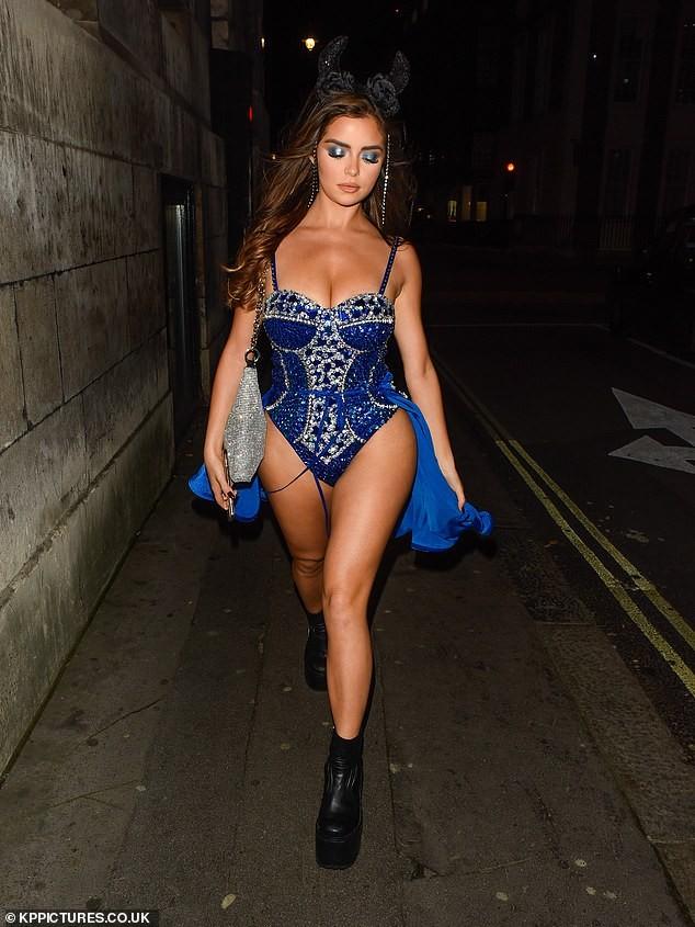 'Kim Kardashian nước Anh' xuống đường nóng bỏng dịp Halloween ảnh 2