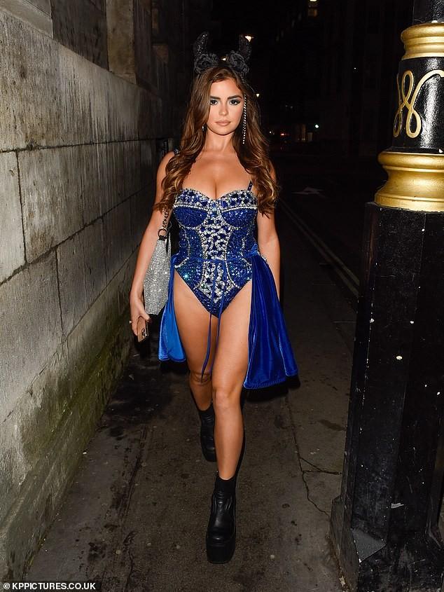 'Kim Kardashian nước Anh' xuống đường nóng bỏng dịp Halloween ảnh 4