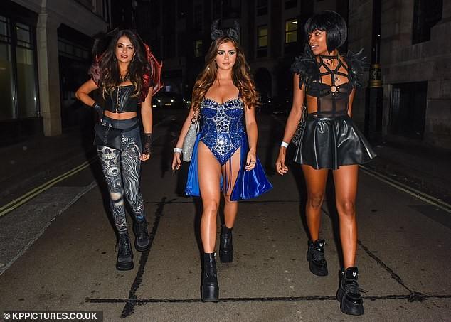 'Kim Kardashian nước Anh' xuống đường nóng bỏng dịp Halloween ảnh 6